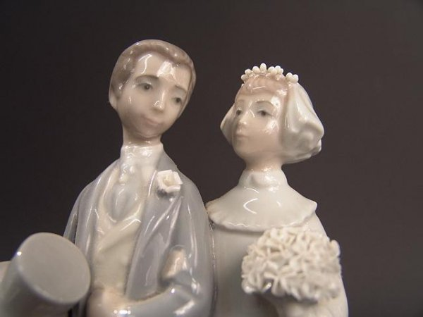 275: LLADRO BRIDE & GROOM FIGURINE - 4