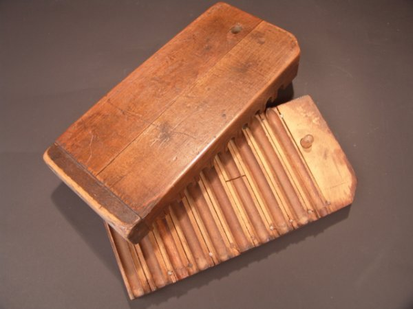 2010: EARLY 1900'S WOODEN CIGAR MOLD