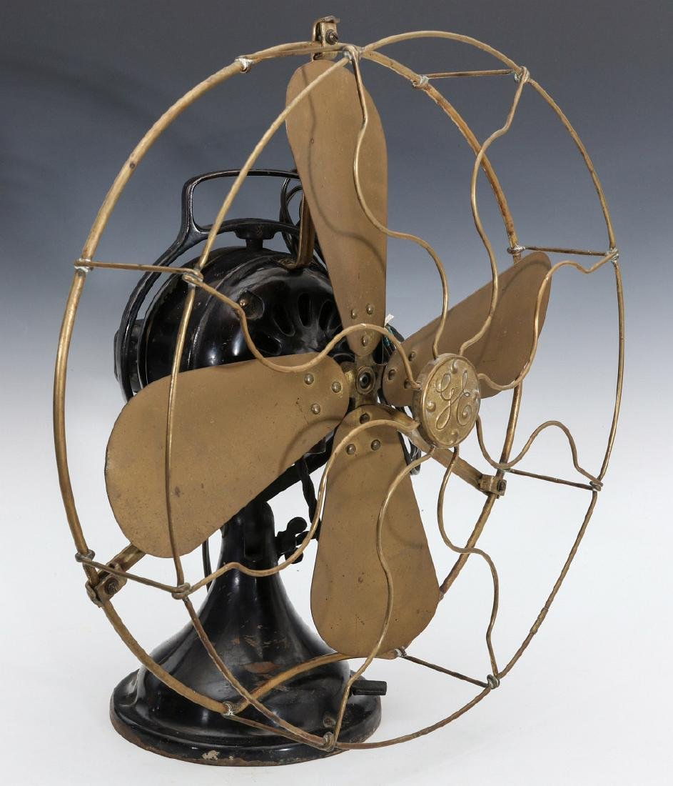 A GENERAL ELECTRIC TABLE FAN W/ KIDNEY OSCILLATOR