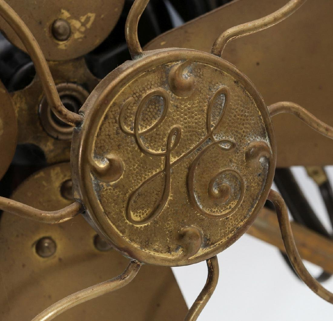 A GENERAL ELECTRIC TABLE FAN W/ KIDNEY OSCILLATOR - 2