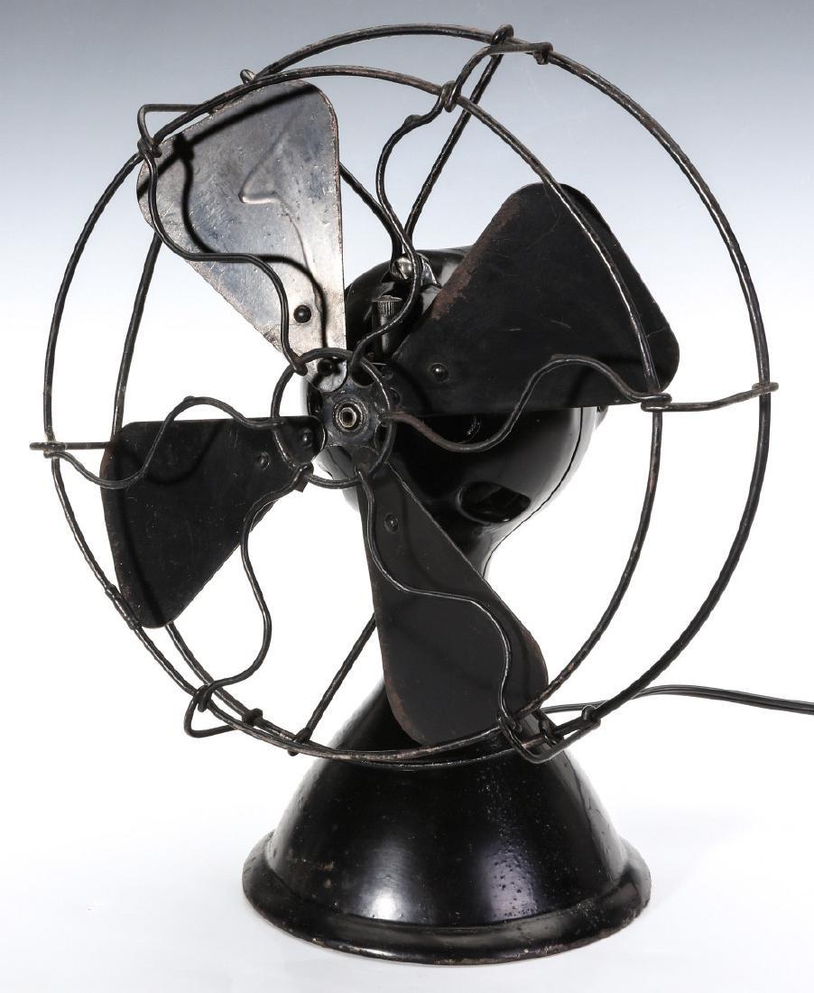 A MENOMINEE AC/DC ELECTRIC FAN W/BALL SHAPE MOTOR