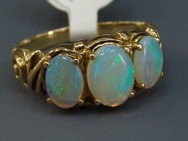 18: LADIES' 14K YEL GOLD 3 OVAL OPAL RING