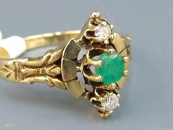 19: LADIES' 14K YEL GOLD ANTIQUE STYLE RING W/ EMERALD