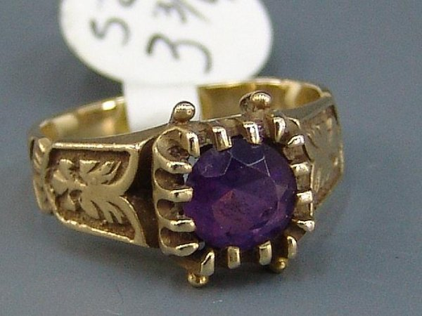 23: LADIES' YELLOW GOLD ANTIQUE STYLE AMETHYST RING