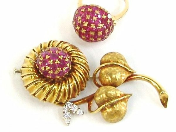 623: 18K YELLOW GOLD RUBY CLUSTER RING & BROOCH