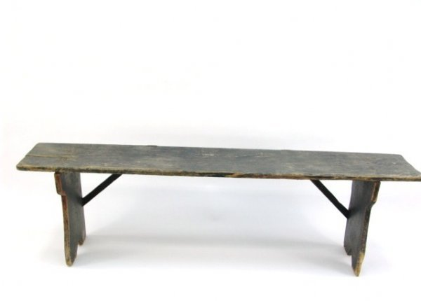 686: GOOD ANTIQUE BENCH IN OLD PAINT