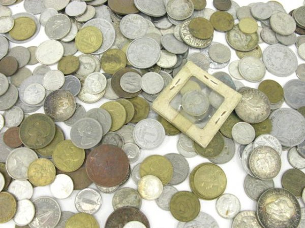 1135: LOT OF FOREIGN COINS INCLUDING SILVER