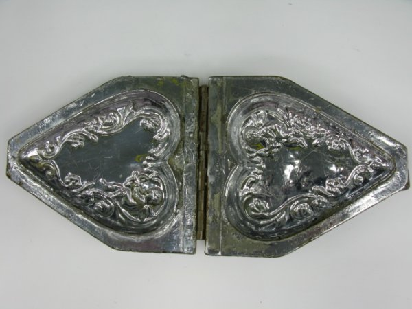 22: 1935 EPPLESHEIMER HEART CHOCOLATE MOLD