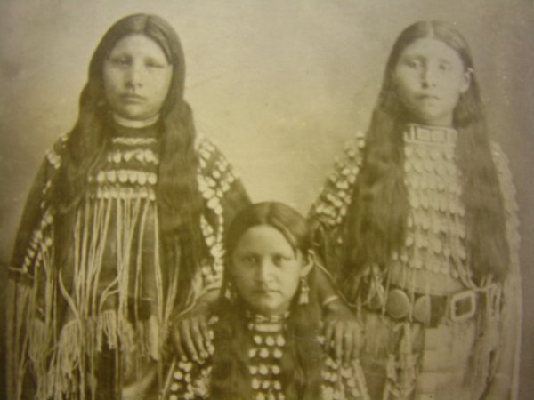 514: FOUR CABINET PHOTOS OF 3 INDIAN GIRLS 1890'S