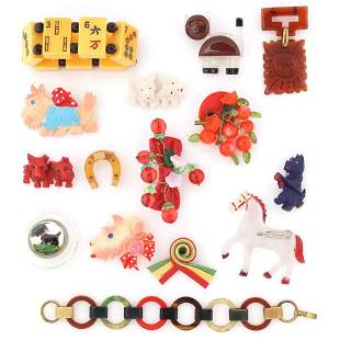 A COLLECTION OF VINTAGE PLASTIC BROOCHES AND JEWELRY