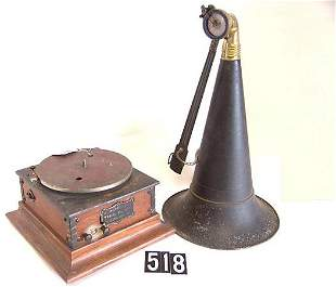 VICTOR TYPE R PHONOGRAPH WITH HORN