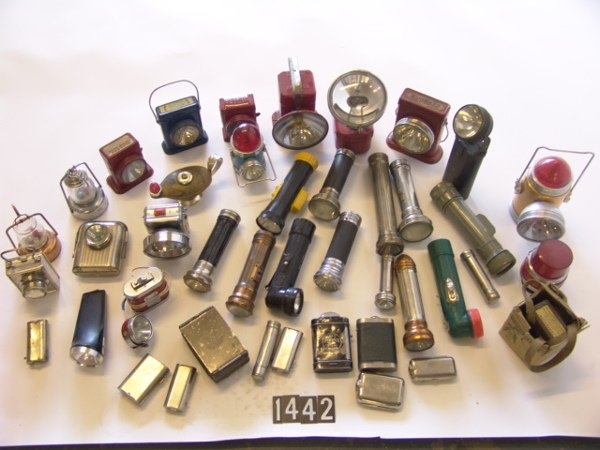 1442: LARGE LOT OF ANTIQUE FLASHLIGHTS