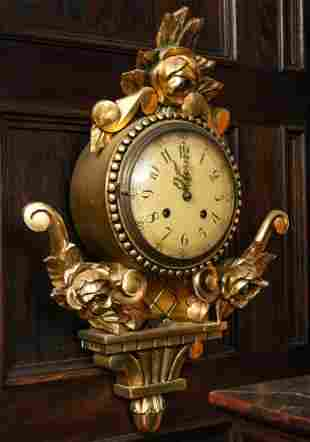 AN EARLY 20TH C CARVED AND GILT WOOD CARTLE CLOCK
