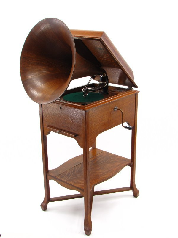 A VICTOR XXV PHONOGRAPH WITH WOOD HORN