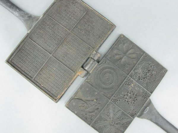 AN EARLY 19TH C. WAFER IRON WITH HEARTS DESIGN