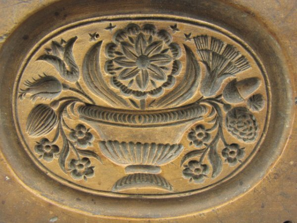 A VERY NICE 19TH C. CARVED WOOD BUTTER STAMP OF FLOWERS