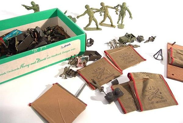 1323: BOX LOT OF ARMY TOYS