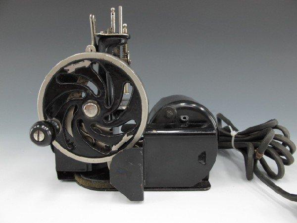 SINGER MODEL J-1 SEWING MACHINE - 3