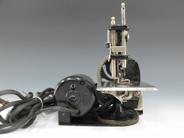SINGER MODEL J-1 SEWING MACHINE - 6