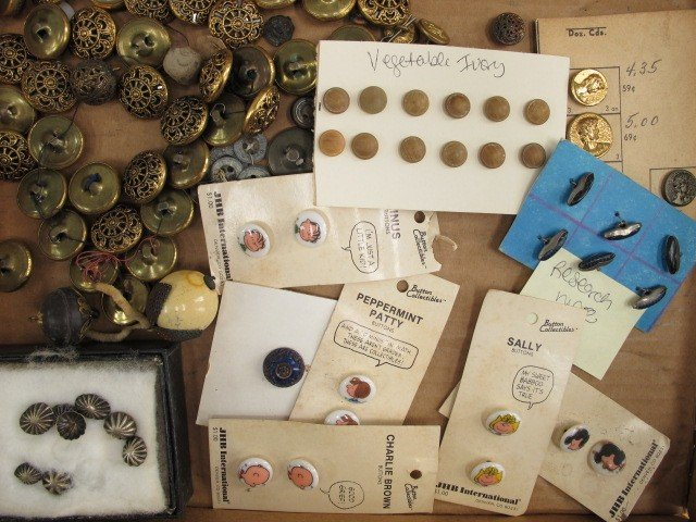 LARGE LOT OF MISCELLANEOUS BUTTONS