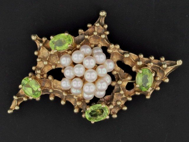5: A 14K GOLD BROOCH WITH PEARL AND PERIDOT