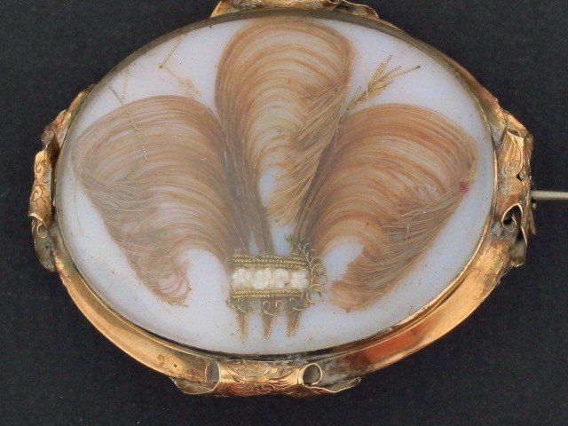 20: AN EARLY 19TH C. MEMORIAL BROOCH WITH HAIR