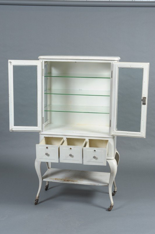 AN ANTIQUE WHITE METAL MEDICAL CABINET - 2