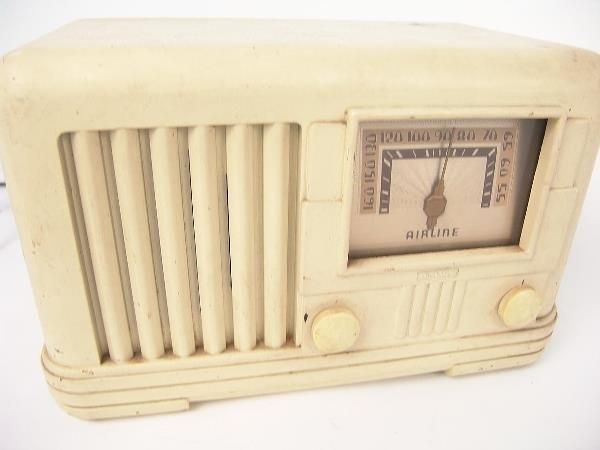 710: AIRLINE WHITE BAKELITE RADIO