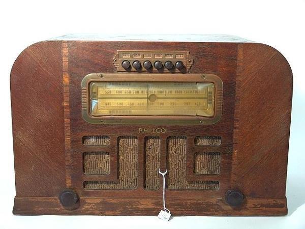 711: PHILCO WOOD 1940 TABLETOP RADIO