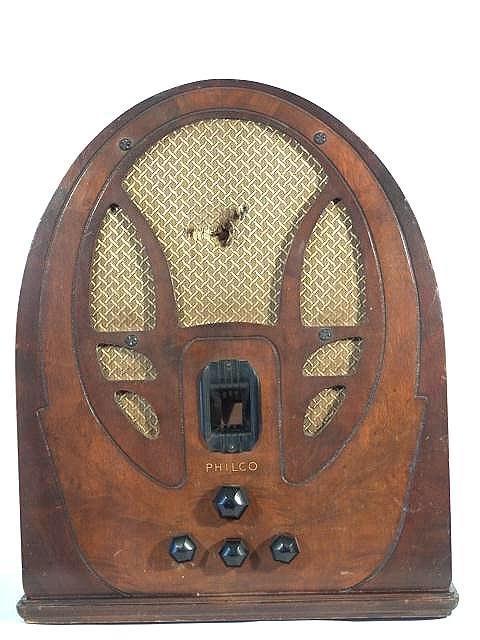 712: PHILCO WOOD 1940 TABLETOP RADIO