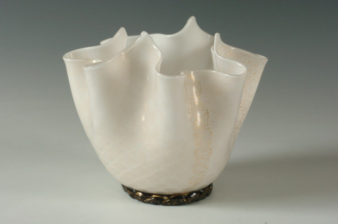 A MURANO ART GLASS HANDKERCHIEF VASE