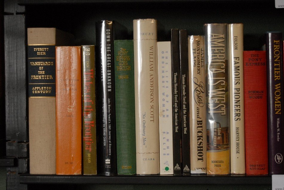 LOT OF 32 BOOKS ON THE PIONEERS AND THE OLD WEST