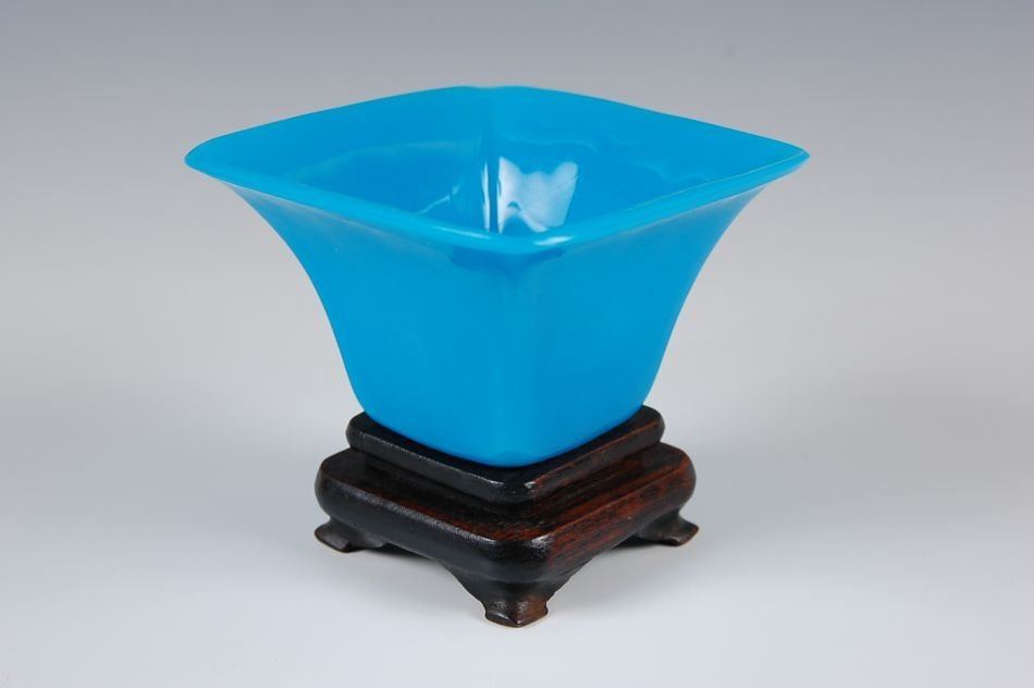 BLUE CHINESE PEKING GLASS VASE ON STAND