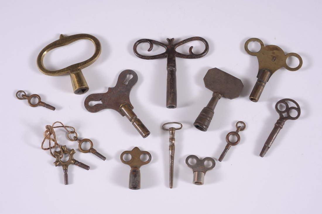 LOT OF ANTIQUE WATCH AND CLOCK KEYS