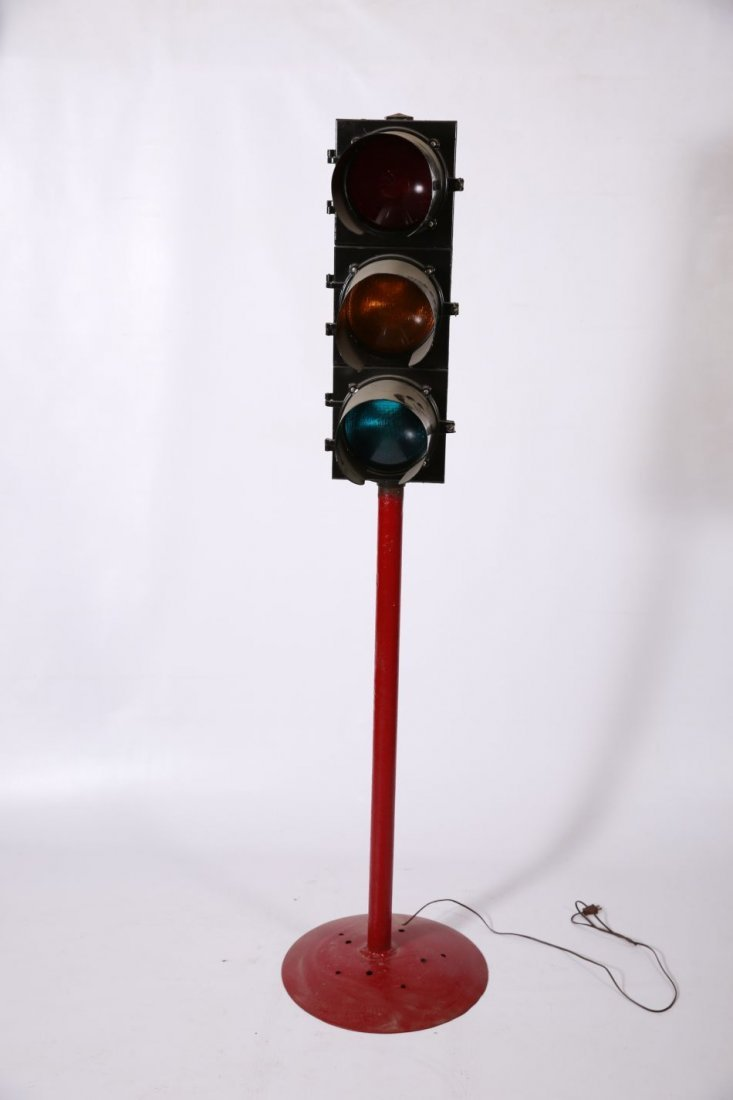 WORKING TRAFFIC LIGHT ON STAND