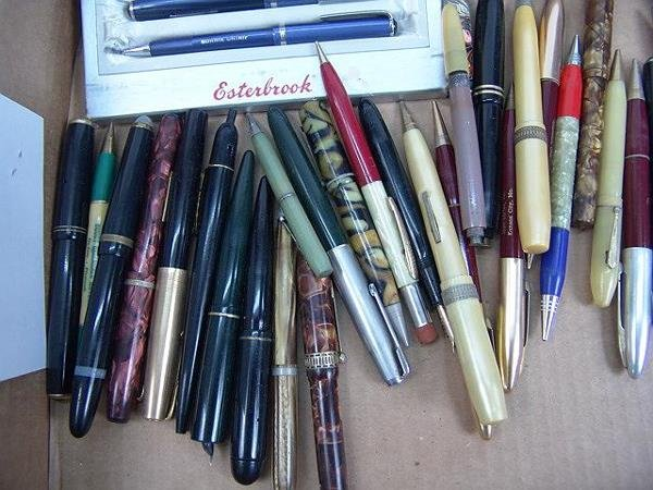 1018: LARGE LOT OF VINTAGE WRITING INSTRUMENTS