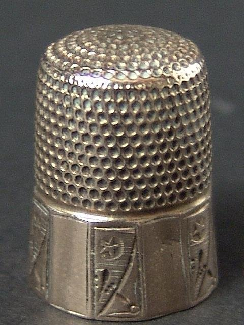 507: TWELVE SIDED ENGRAVED ANTIQUE GOLD THIMBLE