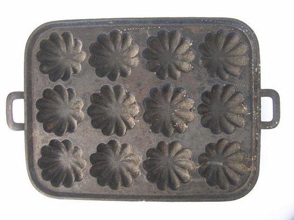 1013: TWELVE HOLE CAST IRON MUFFIN PAN