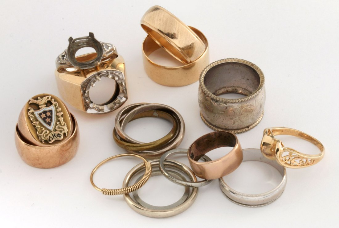 A GROUP OF 14K GOLD RINGS, BANDS AND MOUNTINGS