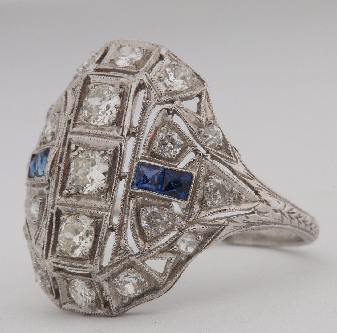 A LADIES ANTIQUE PLATINUM DIAMOND & SAPPHIRE RING