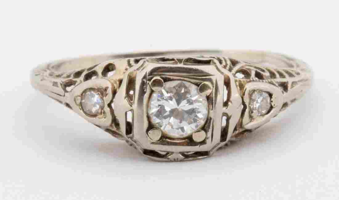 AN ANTIQUE LADIES PLATINUM AND DIAMOND RING