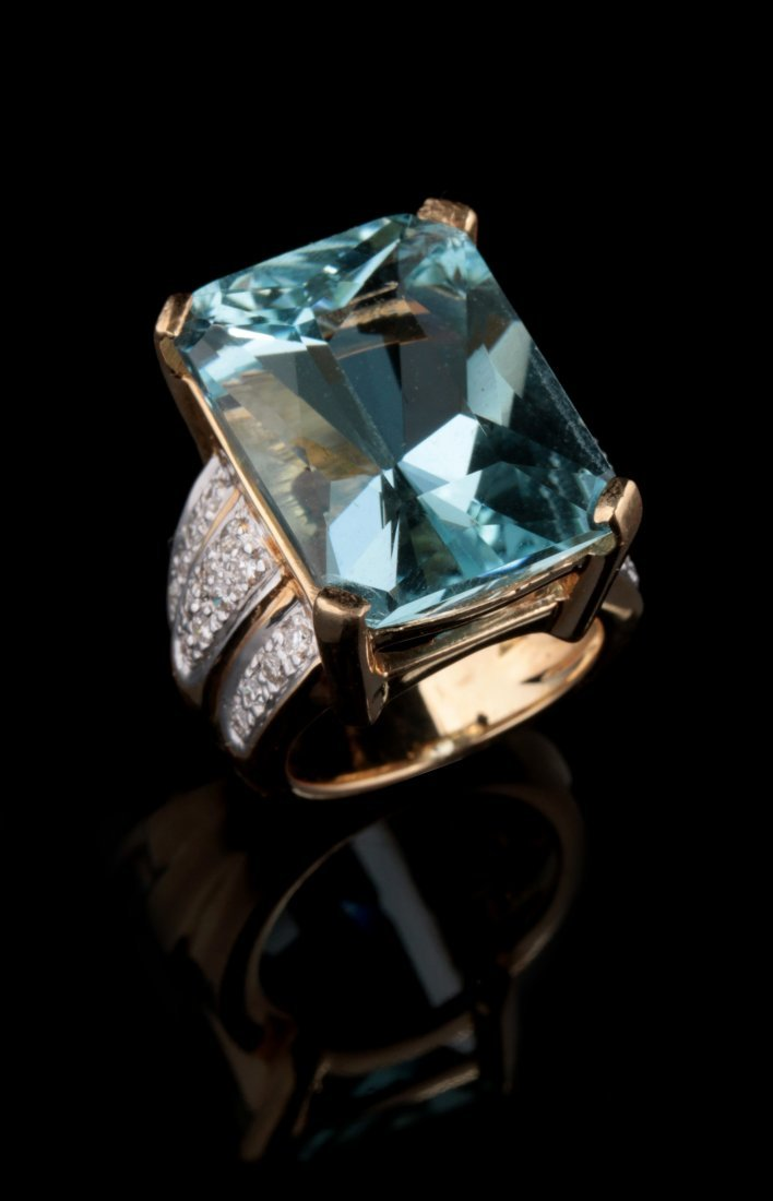 A LARGE  FINE 14K AQUAMARINE AND DIAMOND RING