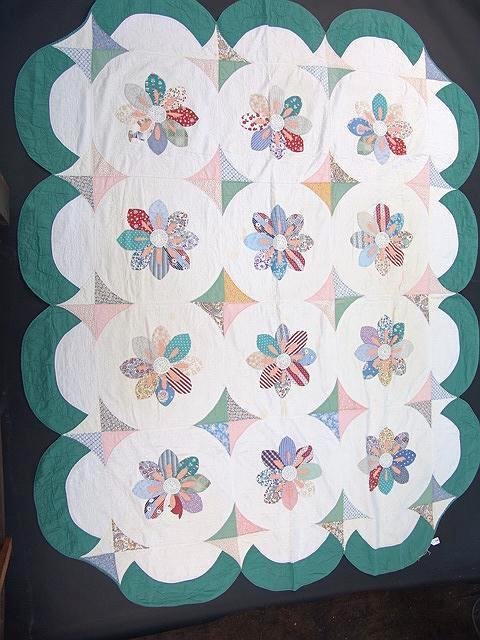 1022: ANTIQUE HAND STITCHED QUILT IN DAISY FLOWER PATTE