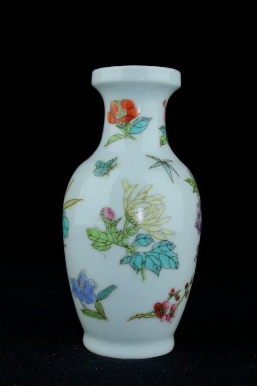 "Chinese Qing Porcelain Vase_x000D_ 5 5/8 x 2 5/8"""