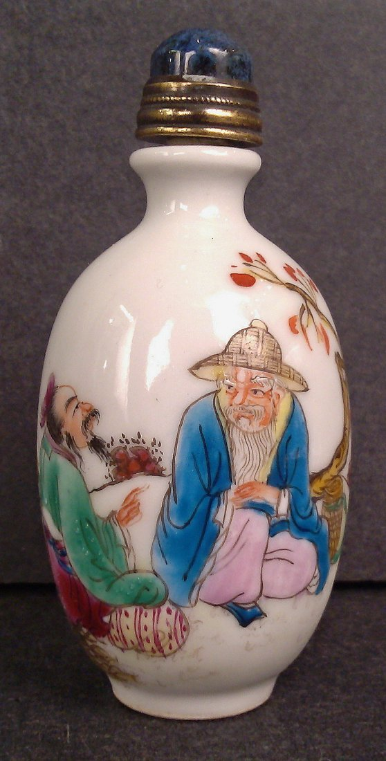 A FAMILLE ROSE PORCELAIN SNUFF BOTTLE WITH PAINTING
