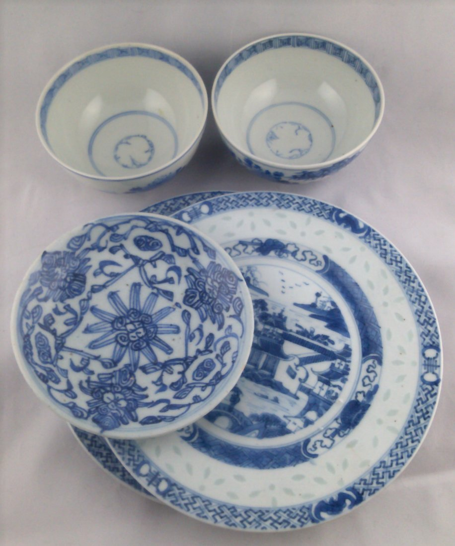 5 PIECE CHINESE BLUE AND WHITE PORCELAIN PLATES AND