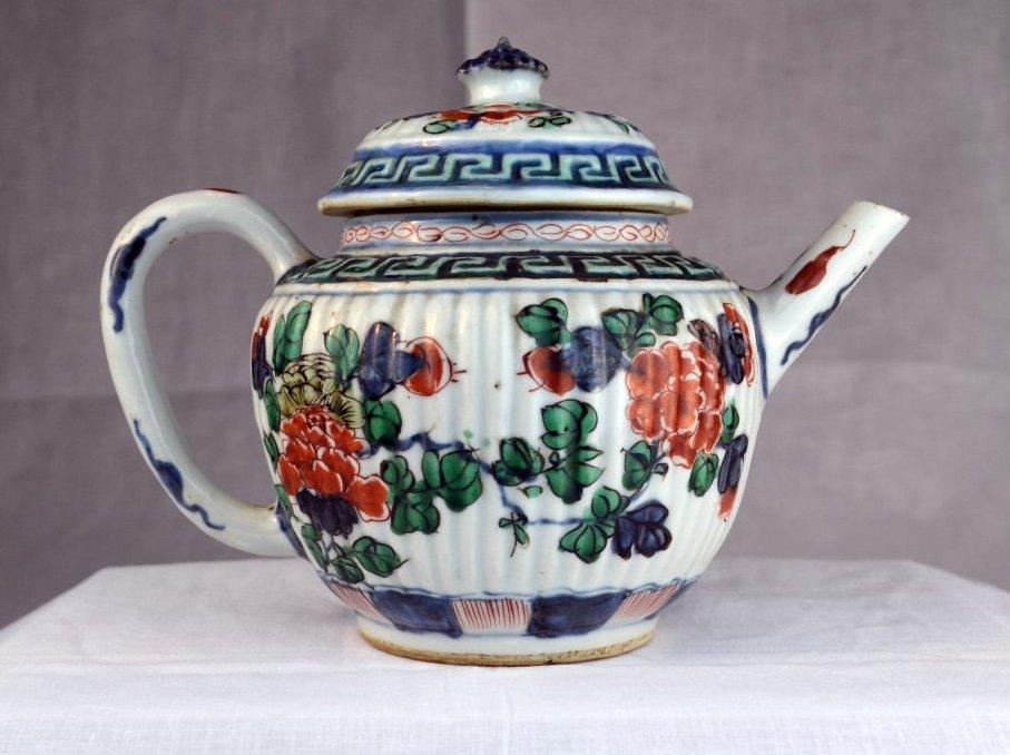 A Chinese Kangxi Wucai Lobed  Teapot