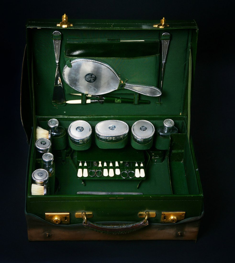 23: Asprey. A Gentleman's fitted dressing case. With mo