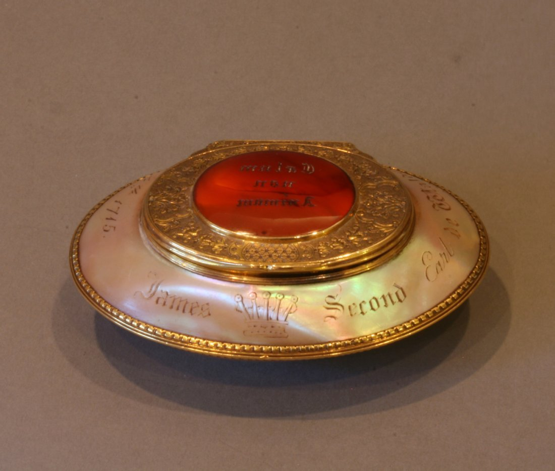 Gold Cornelian and Mother of Pearl Gentlemans Snuff Box