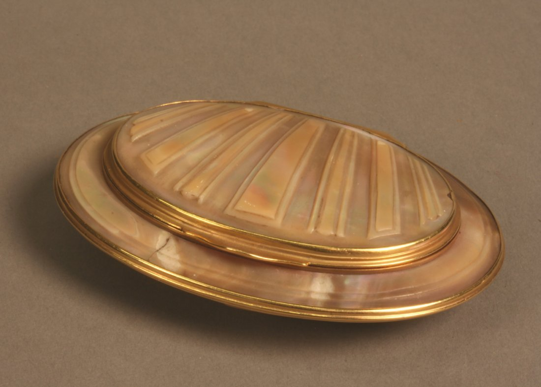 Mother of Pearl Gentleman's Snuff Box
